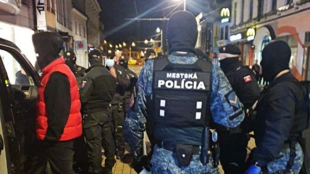 Mestskí policajti si posvietili na mládež popíjajúcu alkohol v centre mesta (zásahy hliadok 4.10. - 10.10.2021)